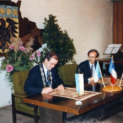 Signature officielle le 10/12/1989 à MKG